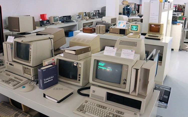 05-museum-enter-computer
